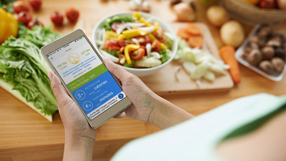 Woman calculate calories in mobile application